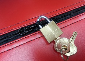 kissing zipper pull with lock2